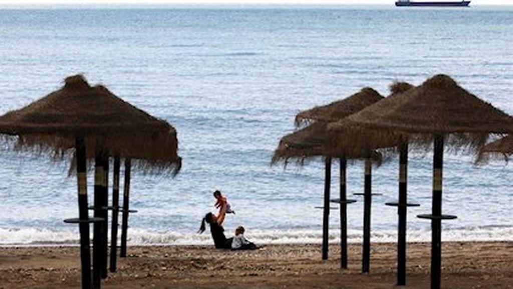Ducharse antes de bajar a la playa y no utilizar flotadores: éstas son algunas de las recomendaciones de Andalucía