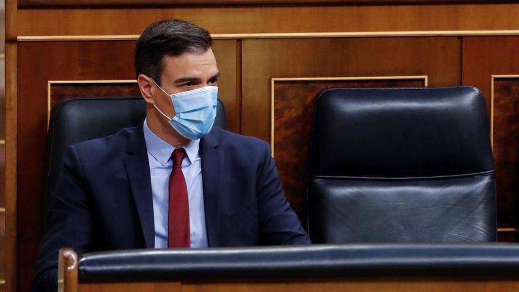 El presidente del Gobierno, Pedro Sánchez, con mascarilla en el banco azul