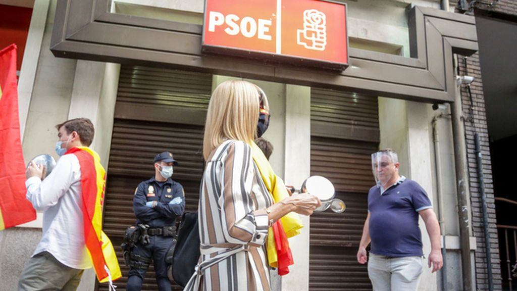 Las 'caceroladas' vuelven ante la sede del PSOE exigiendo la dimisión del Gobierno