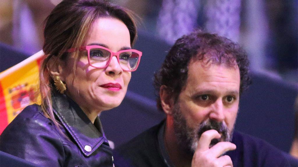 Carme Chaparro con su marido, Bernabé Domínguez, viendo un partido de Copa Davis (2019)