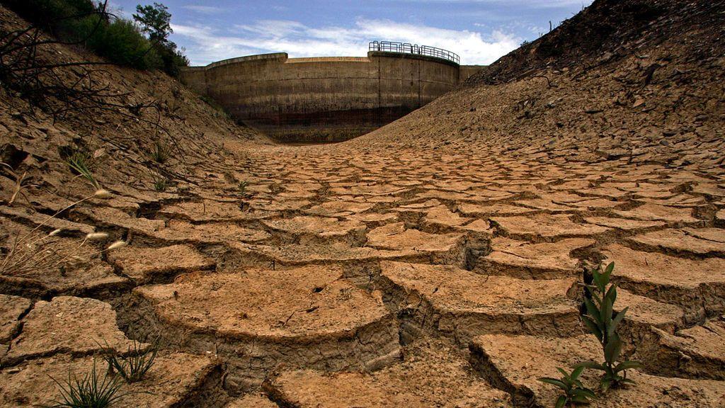 Presa de agua en España durante un período de sequía