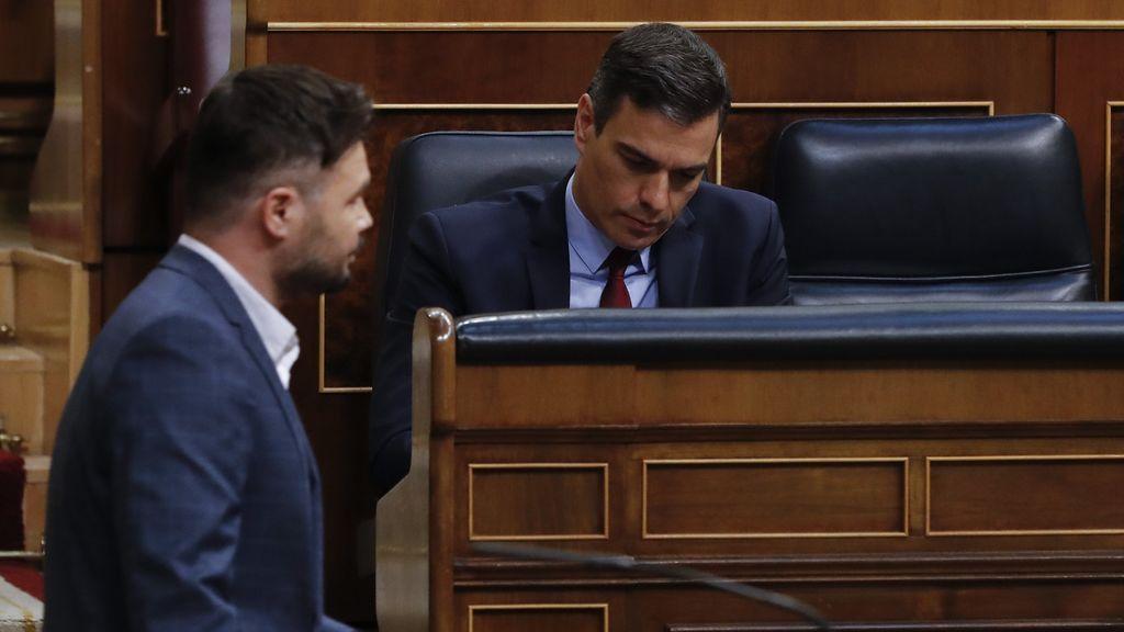 Gabriel Rufián pasa por delante de Pedro Sánchez, sentado en el banco azul