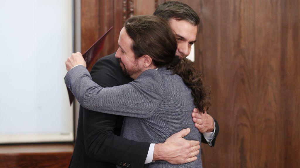 El abrazo de Pedro Sánchez y Pablo Iglesias tras la firma del acuerdo de Gobierno