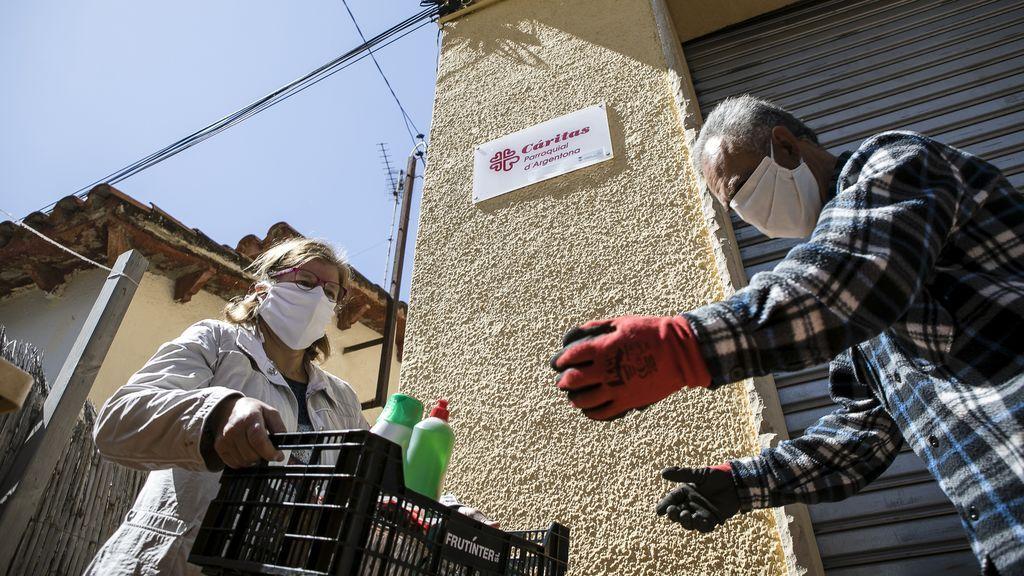 Caritas atendiendo a familias en Barcelona