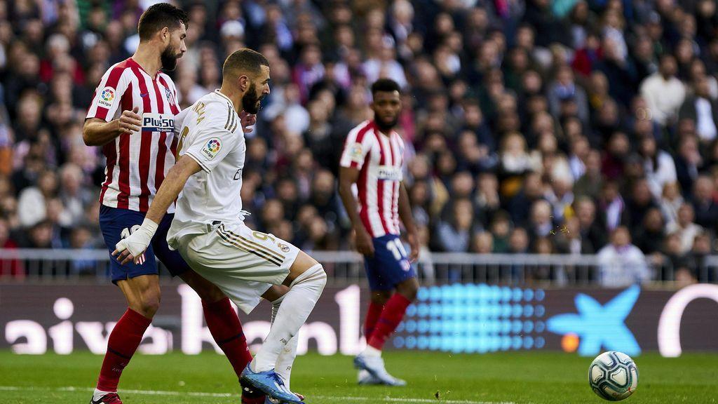 Benzema controla el balón ante Felipe en un derbi.
