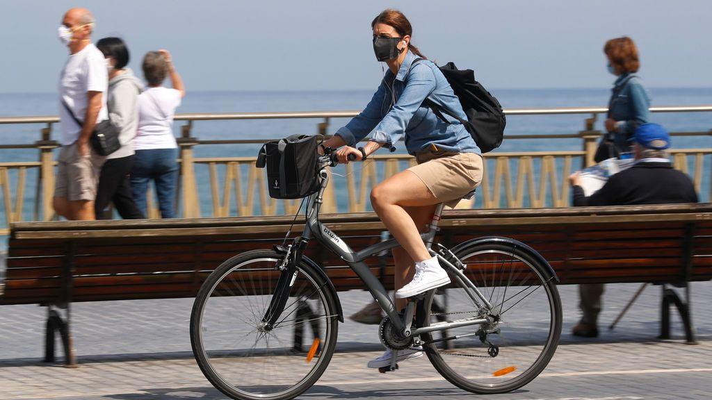 España mira a una fase 2 'sin franjas horarias' y espera al turismo en julio
