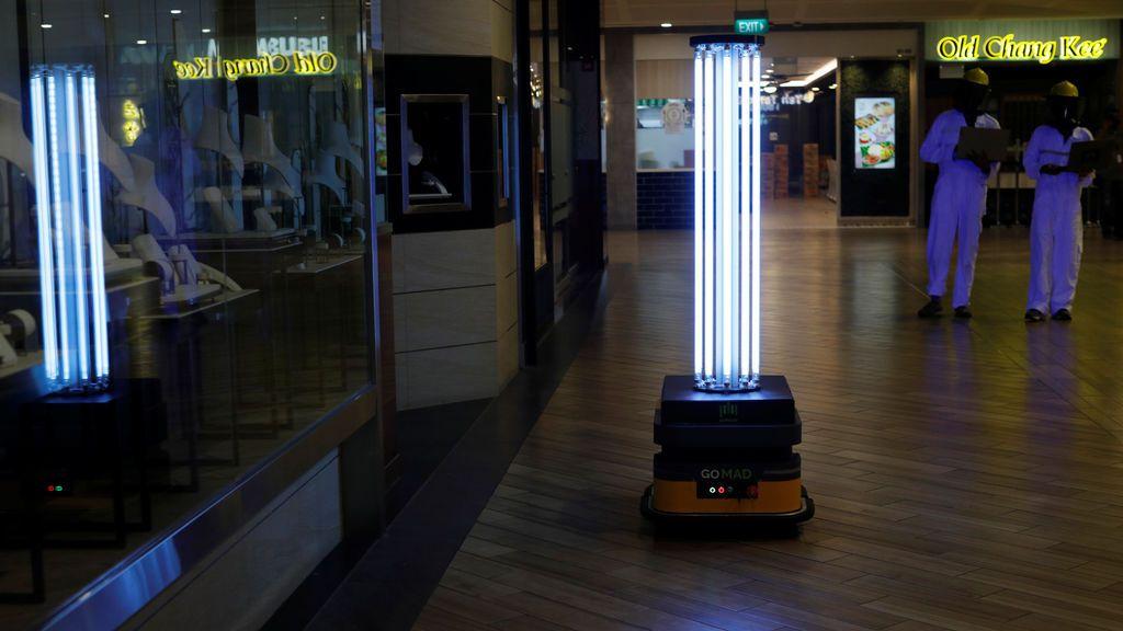 Un robot automático desinfecta con luz varias zonas de un centro comercial