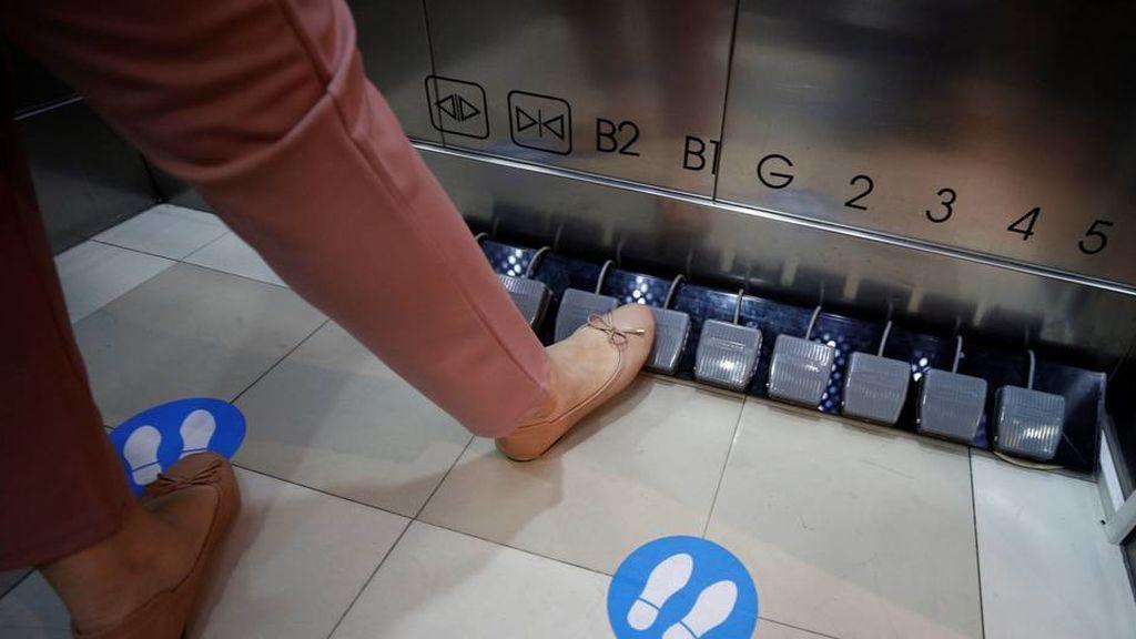 Sustituyen los botones de ascensor por pedales en Tailandia para prevenir el coronavirus