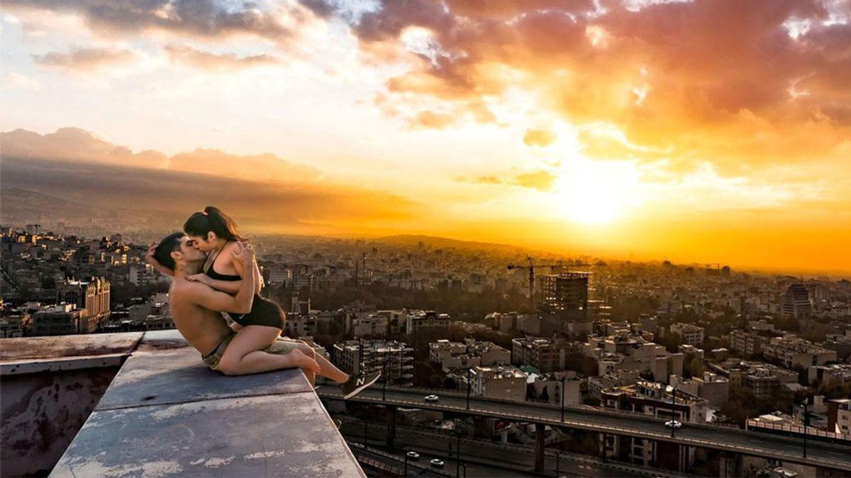 Arileza Japalaghy, besando a una chica sobre un tejado de Teherán