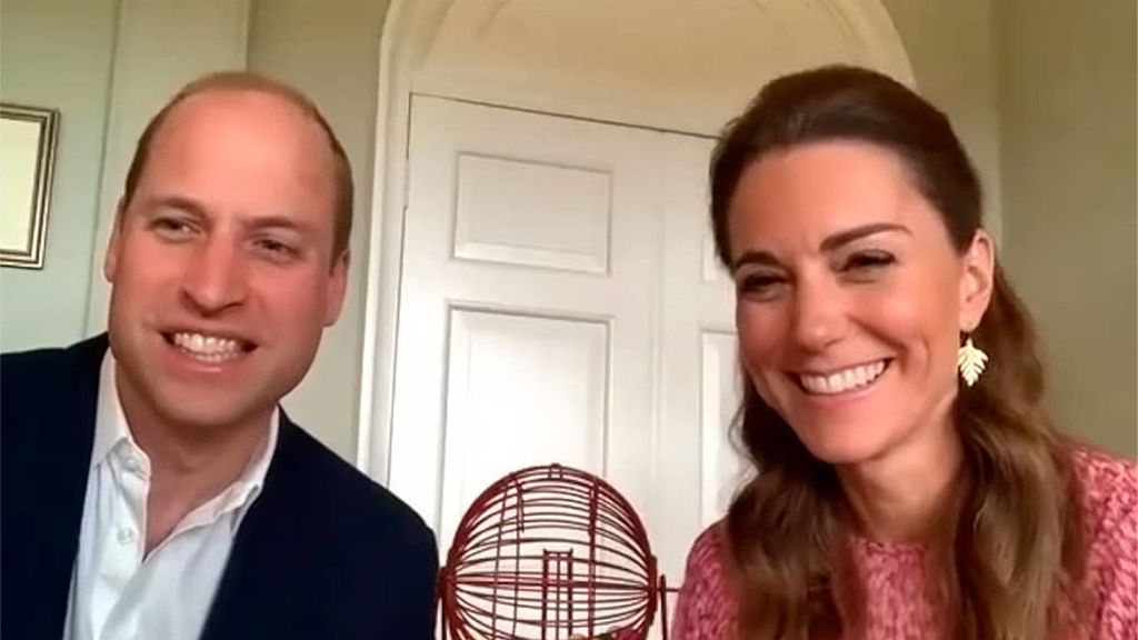 """""""El 22, los dos patitos"""": los duques de Cambridge cantan las bolas del bingo en una residencia de ancianos"""