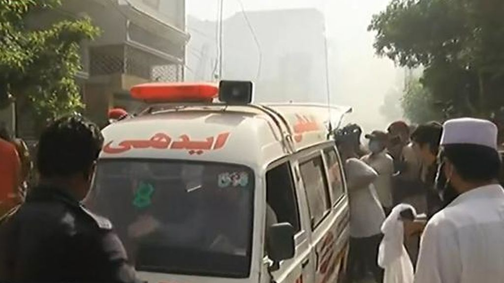 Un avión con 90 pasajeros se estrella en una zona residencial cerca de Karachi, en el sur de Pakistán