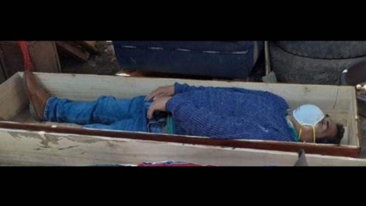 Un alcalde peruano simula su muerte: se mete en un ataúd para no ser detenido por violar la cuarentena