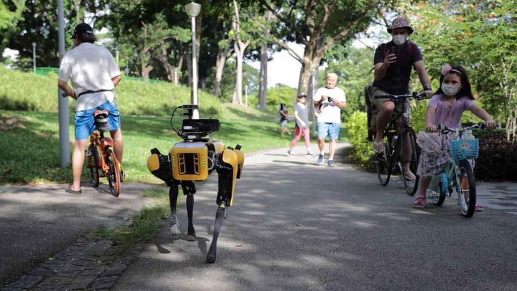 Un perro robot recuerda a la gente mantener la distancia de seguridad por las calles de Singapur