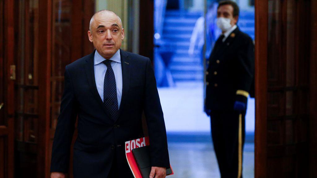 Rafael Simancas en el pasillo del Congreso de los Diputados