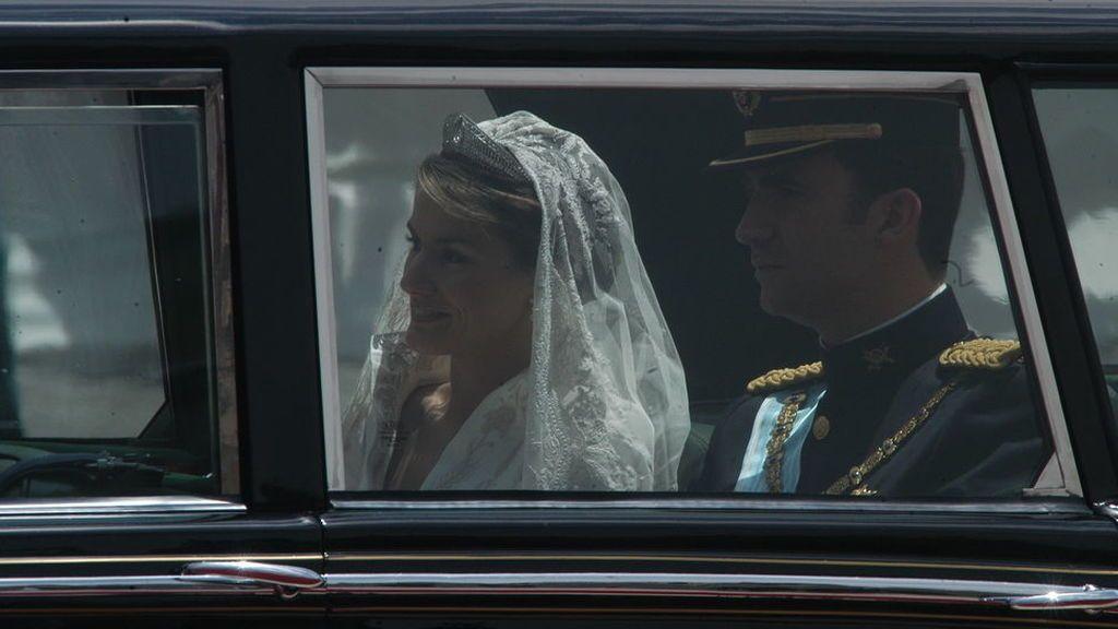 Recién casados, pasearon por Madrid en un Rolls Royce cubierto