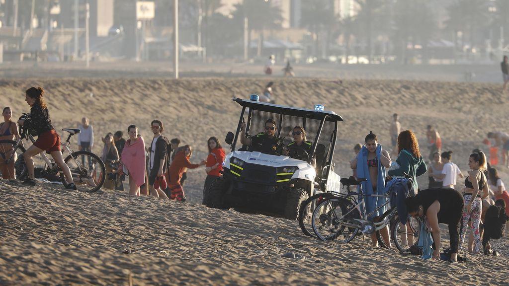 El protocolo de playas recomienda controlar aforos este verano y delimitar la zona de hamacas y sombrillas