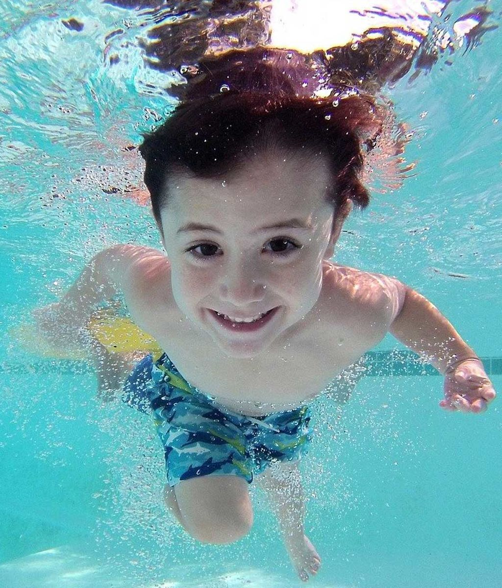 Niño piscina