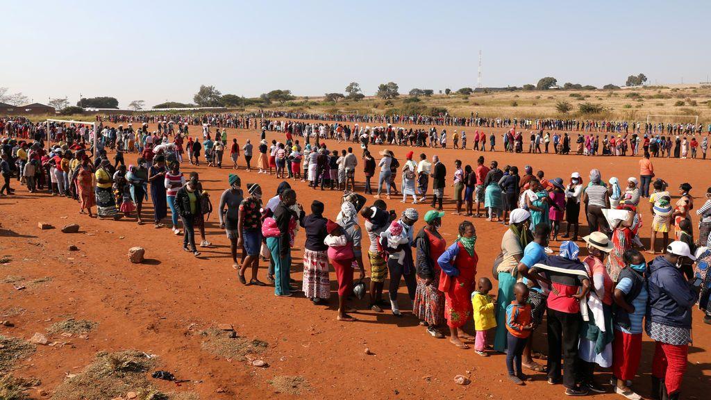 Colas kilométricas para conseguir mascarillas y comida en Sudáfrica