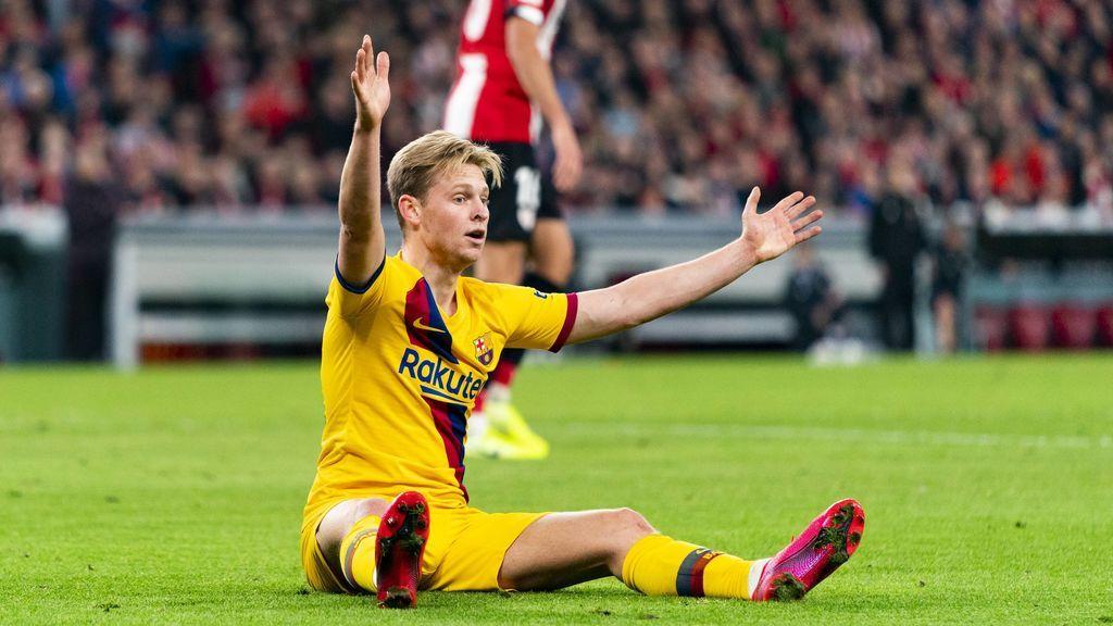 De Jong, se queja de una falta en un encuentro ante el Athletic.
