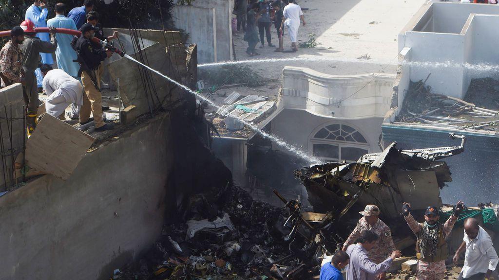 Se estrella un avión con 107 pasajeros cerca de Karachi en Pakistan