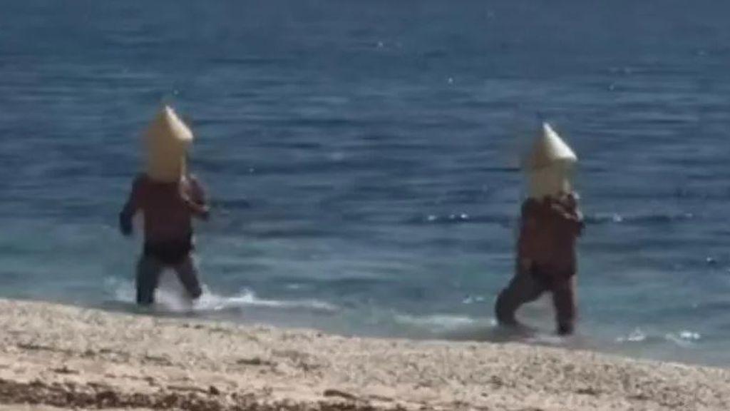 Se disfrazan de boya para meterse en el agua ante las restricciones por el confinamiento