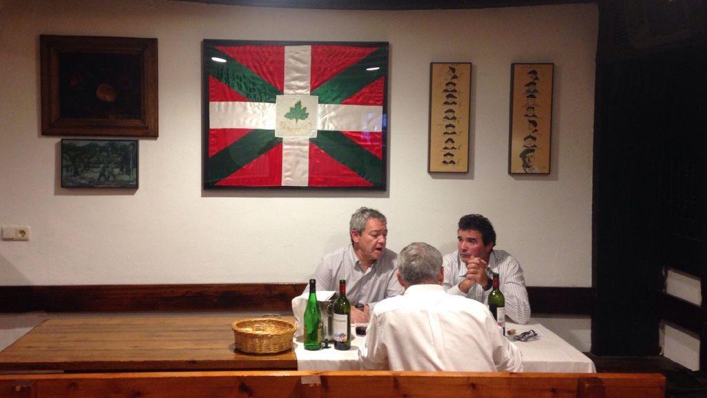 Socios de Gizartea  disfrutando de una comida en la sociedad.