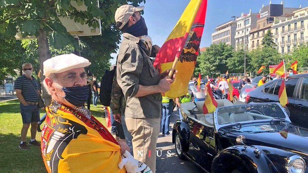 Manifestantes en Madrid con banderas preconstitucionales