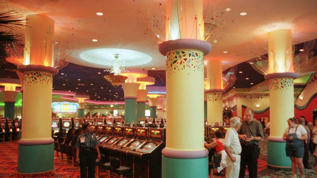 Caravanas kilométricas y horas de espera en el único casino que ha reabierto en Miami