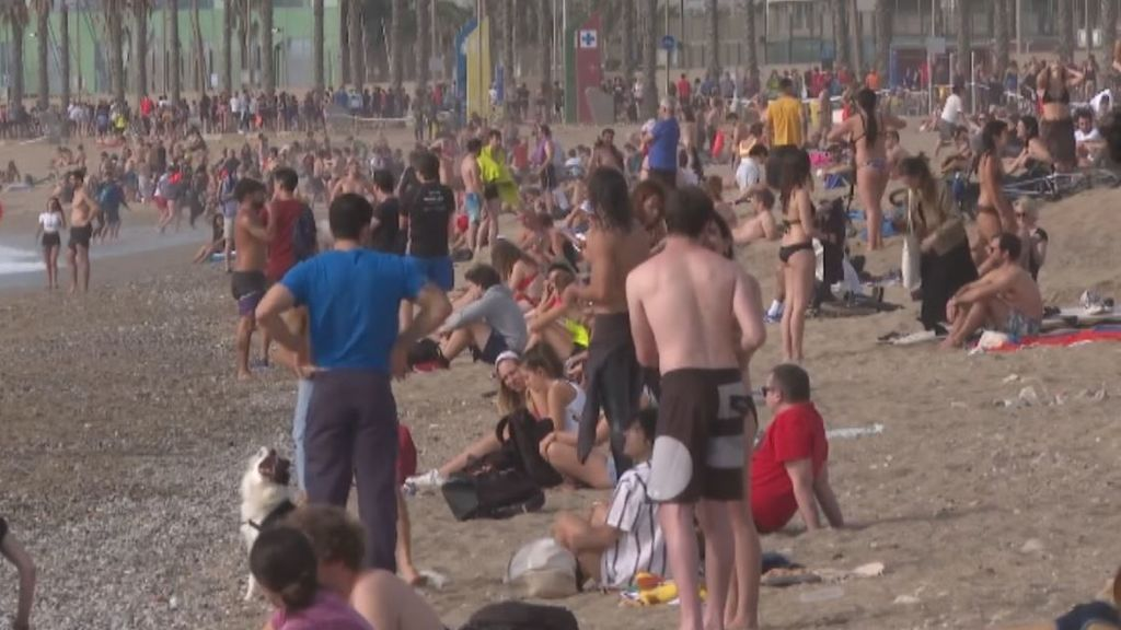 Se repiten las aglomeraciones para bañarse y tomar el sol en las playas de Barcelona