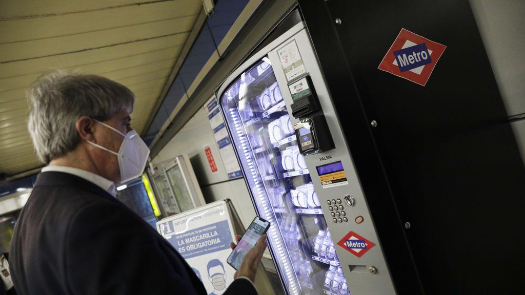 Metro de Madrid instala máquinas de venta de mascarillas e hidrogel en las estaciones más concurridas