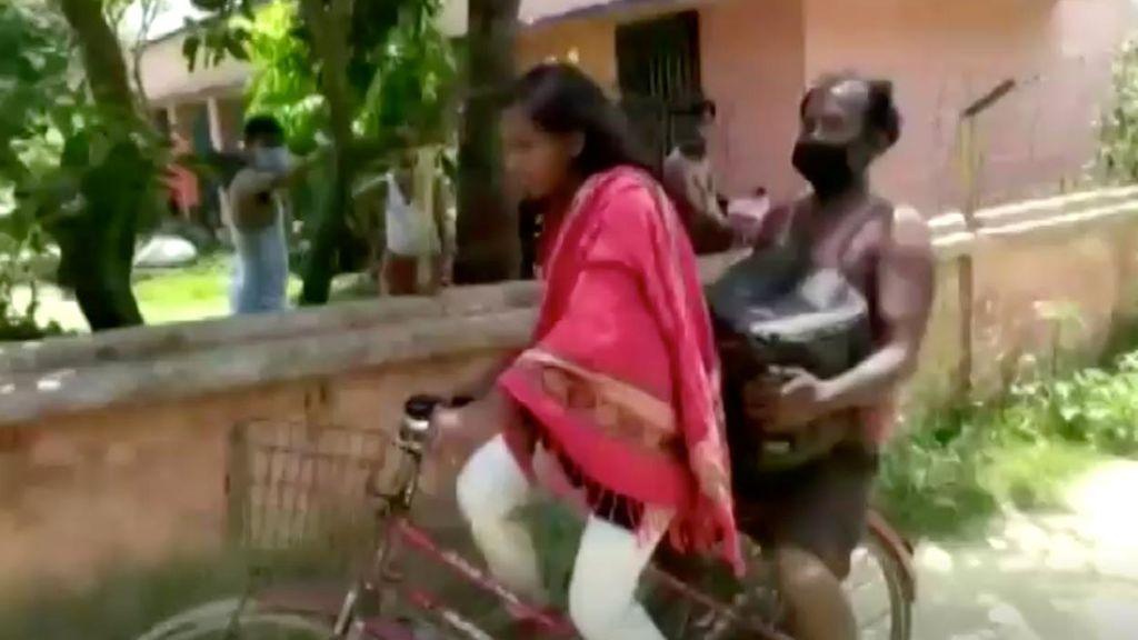 Una niña india recorre 1.200 kilómetros en bicicleta en una semana con su padre enfermo detrás