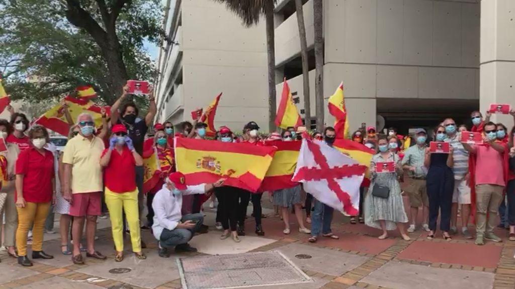 Españoles en Miami protestan contra el Gobierno de Pedro Sánchez liderados por Álvaro de Marichalar