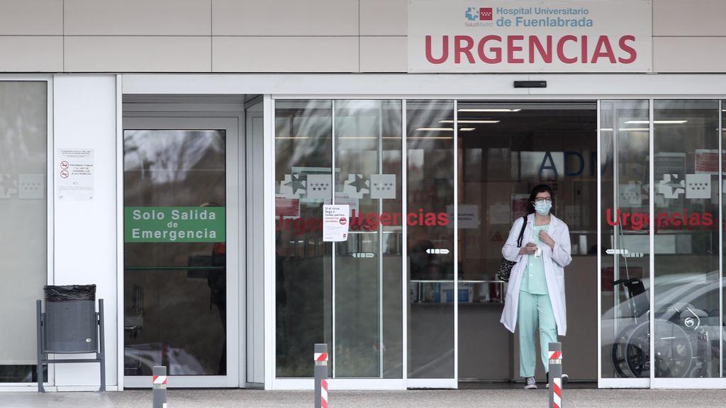 Una sanitaria protegida con guantes y mascarilla en la entrada de Urgencias del Hospital de Fuenlabrada