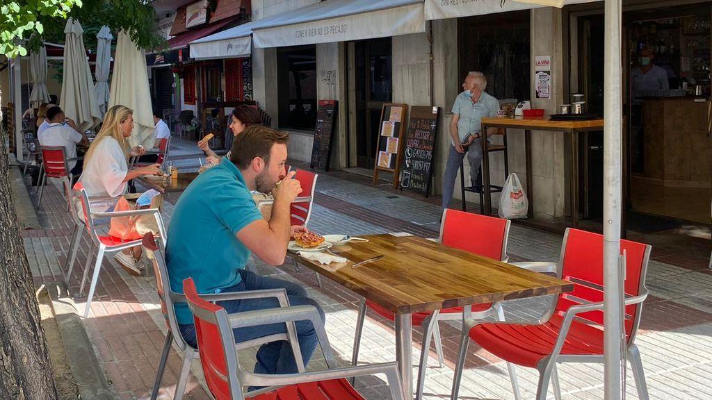 Primer desayuno en una terraza de Madrid.