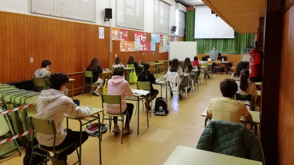 Los 21 alumnos de Bachillerato que han acudido al Fernando Wirtz han dado la clase en el salón de actos