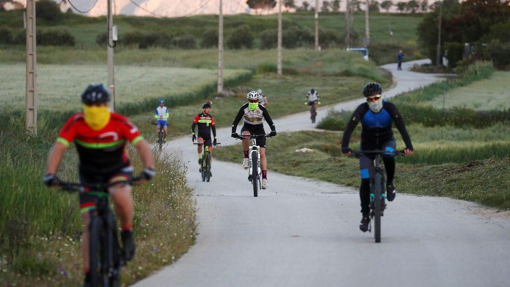 Varios ciclistas circulando por un camino