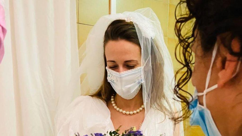 Emotiva sorpresa a una enfermera del Hospital Clínic de Barcelona que tuvo que cancelar su boda