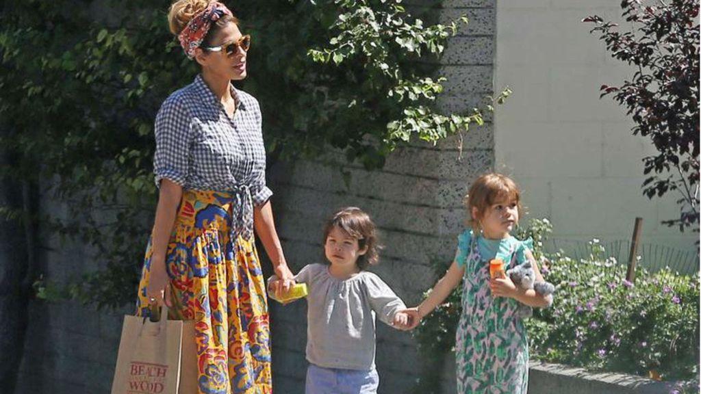 Eva Mendes, junto a sus dos hijas.