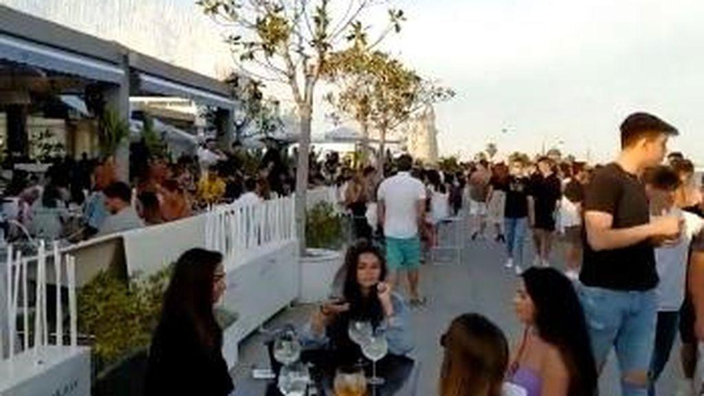 Desfase en Valencia: bares y paseo marítimo abarrotados en la zona de moda del puerto
