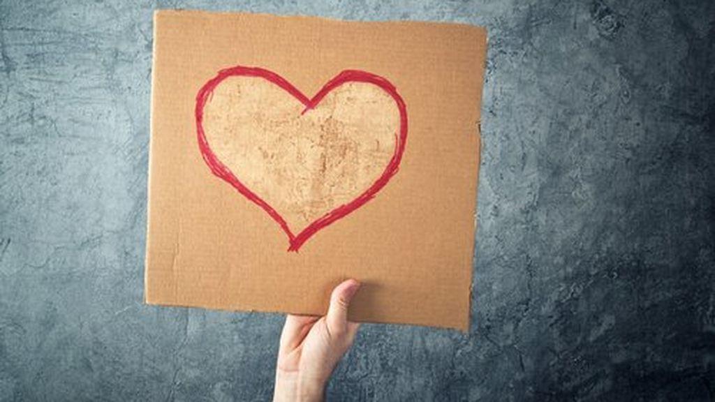 mano-sujetando-carton-corazon