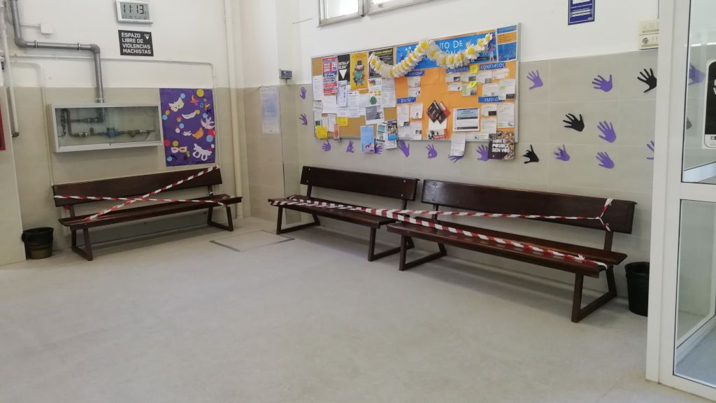 Los bancos de los pasillos están precintados, ya que está prohibido sentarse