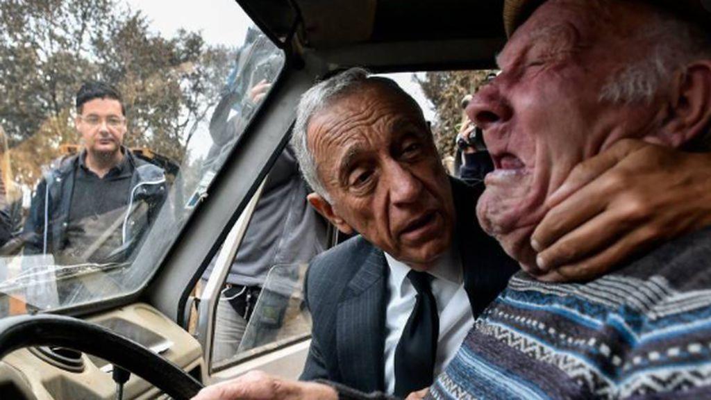 El presidente de Portugal consolando a un ciudadano