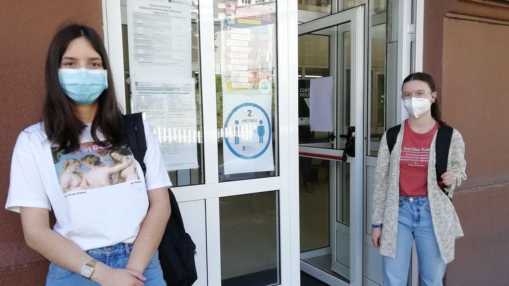 Julia Pérez (a la izquierda) y Carmen Ogea (a la derecha) antes de entrar al instituto Fernando Wirtz