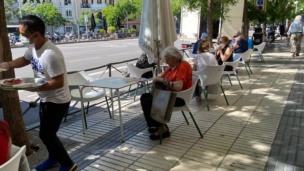 Terraza llena con cinco mesas en Madrid.