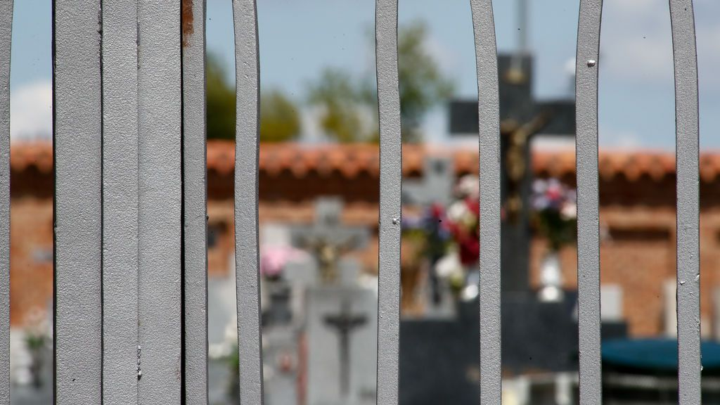 EuropaPress_3124791_detalle_puerta_cementerio_municipal_barajas_cerrado_fase_desescalada
