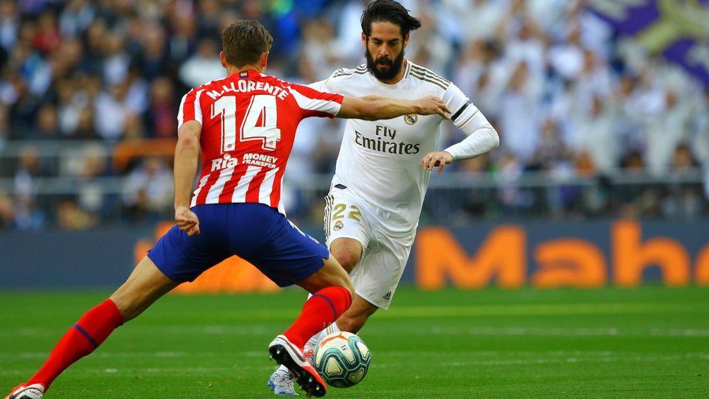 Isco intena regatear a Marcos Llorente en el Bernabéu.