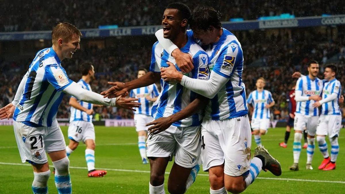 Jugadores de la Real Sociedad celebran un gol