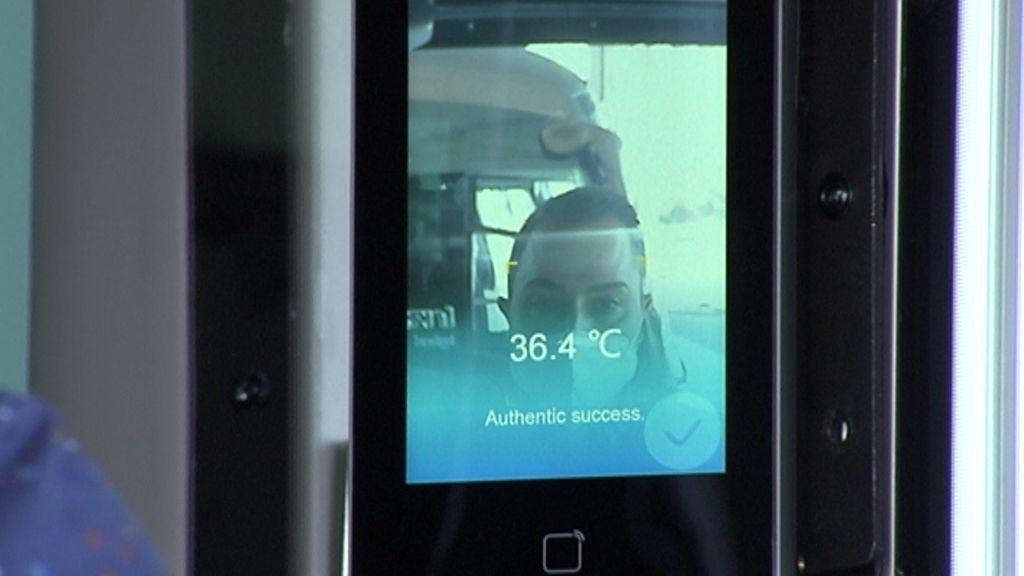 Si se supera la temperatura, el sensor emite una alarma.