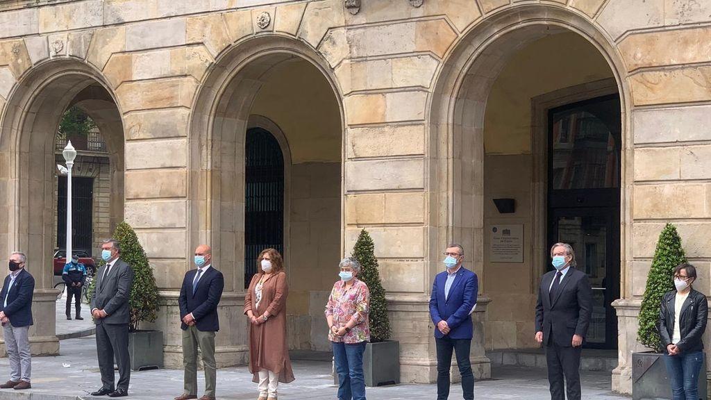 Minuto de silencio en la Plaza Mayor de Gijón por las víctimas del COVID-19