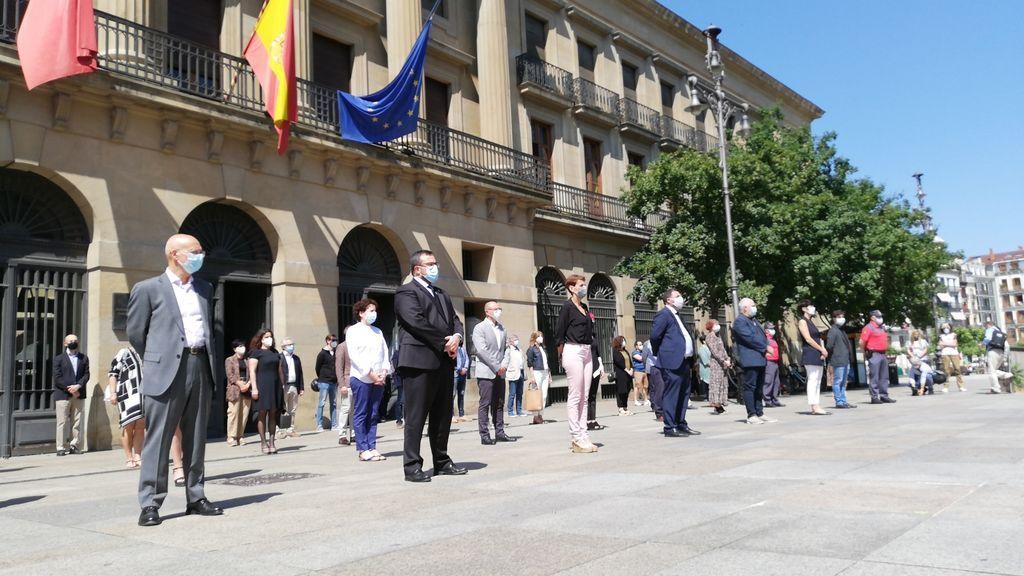 Minuto de silencio frente al Gobierno de Navarra en memoria de las víctimas del COVID-19